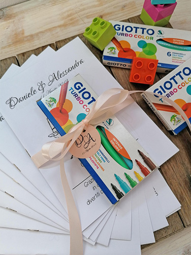 ACTIVITY BOOK 2 - Set formato da: 1 book con 16 attività; 1 conf. da 6 pennarelli. Tutto personalizzato e rilegato con nastro nella variante richiesta e tag.