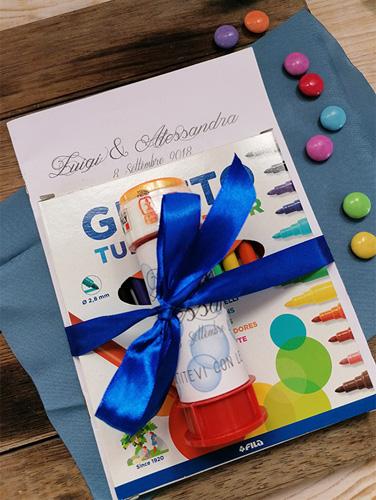 ACTIVITY BOOK 3 - Set formato da: 1 book con 16 attività; 1 conf. da 12 pennarelli; 1 barattolino di bolle di sapone. Tutto personalizzato e rilegato con nastro nella variante richiesta.