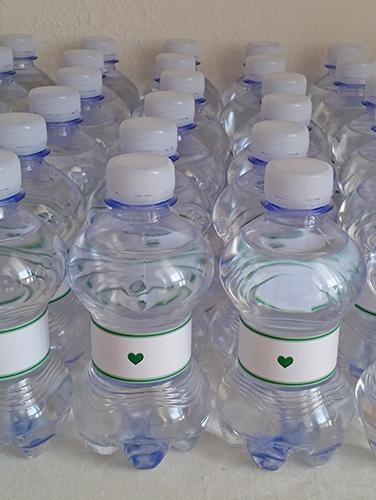 LUCIA - Bottiglietta d'acqua naturale da borsetta con fascia personalizzata.