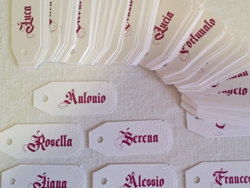 FEDERICA - Tag con forma personalizzata per cliente, con foro e due angoli intagliati e a rilievo.