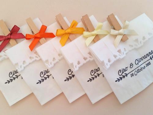 GIOVANNA - Busta in carta alimentare bianca con timbro personalizzato per confettata, scritta monocolore. Con molletta in legno e fiocco in raso.