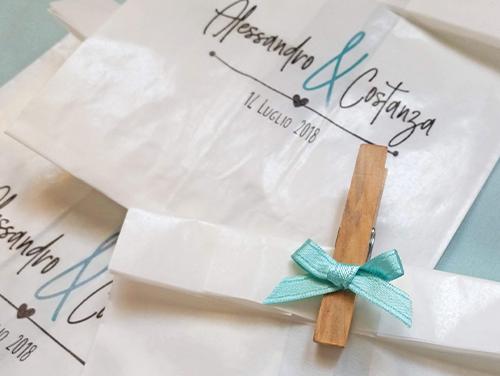 COSTANZA - Glassina con timbro personalizzato per confettata, scritta monocolore. Con molletta in legno e fiocco in raso.