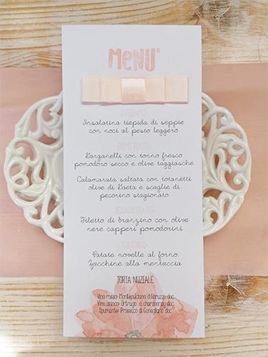 CHIARA - Menù da piatto, in carta liscia bianca, formato rettangolare 9,7x21 cm, stampa floreale e applicazione di fiocco piatto doppio.