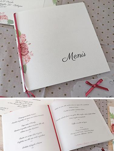 """RUBINO - Menù da tavolo, a libro, quadrato, misure 14,5×14,5cm. Copertina in carta canvas avorio, pagina interna in carta opaca. Nastro a rifinire. Stampa tema collezione """"Rubino""""."""
