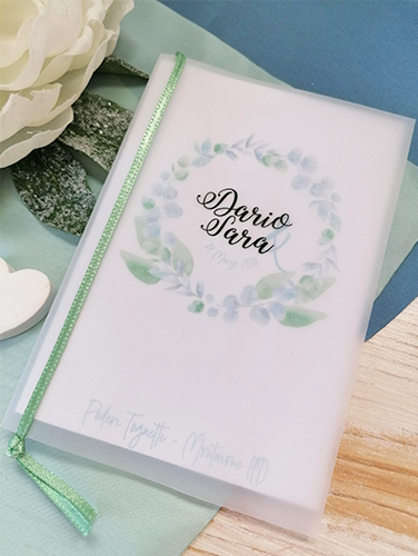 SARA - Menù a libro con copertina in carta opaca e interno in carta liscia bianca. Formato A5 piegato a metà. Applicazione di nastro sulla costola a rifinire.