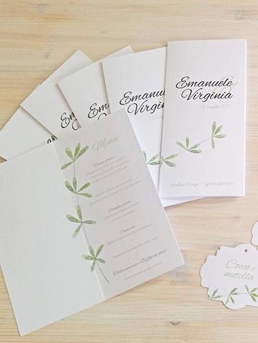 VIRGINIA - Menù da piatto, a libro, unica pagina, stampa fronte/retro, in carta liscia bianca, misure 10,5x21 cm, decorazione con rametto.
