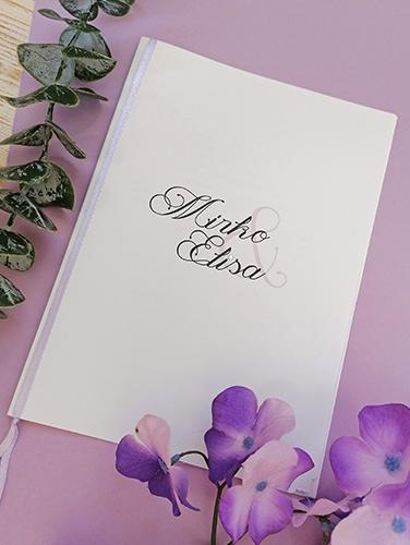 ELISA - Libretto messa rettangolare, misure A4 piegato a metà. Copertina in carta liscia bianca, quattro pagine interne con 16 fronti stampabili in bianco e nero. Spillato sulla costola e nastro a rifinire.