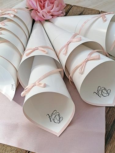 ALESSANDRA - Cono porta riso con iniziali sposi e fiocchino semplice applicato sul fronte del cono. In carta lucida bianca. Altezza 21 cm.