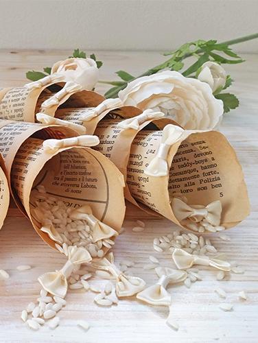 ENRICA - Cono porta riso vintage, con carta invecchiata di antichi libri. Altezza variabile, secondo la grandezza del libro. Con applicazione di fiocco papillon sul fronte del cono.