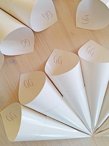 GIULIA - Cono porta riso con iniziali sposi. In carta lucida bianca. Altezza 21 cm.