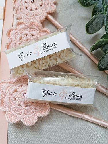 GRACE - Scatolina trasparente rettangolare porta riso con fascia personalizzata in carta millerighe bianco.