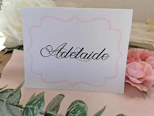 ADELAIDE - Segnatavolo da appoggio, 1 piega, misure A5 (15x21 cm) piegato a metà. Carta liscia bianca.