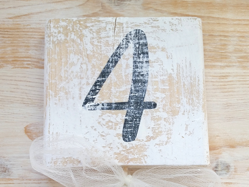 QUATTRO - Segnatavolo quadrato in legno verniciato effetto shabby chic con numero del tavolo. Bastoncino circolare in legno da inserire nel centrotavola.