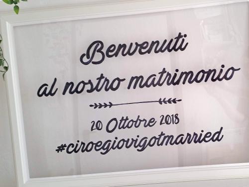 GIOVANNA - Tableau, cornice con frase di benvenuto stampata su pannello in plexiglass.  Misure: 70x100 cm.