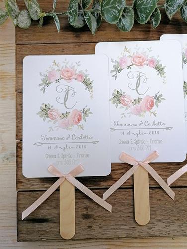 CARLOTTA - Ventaglio in carta liscia bianca, rettangolare verticale, con bastoncino in legno applicato sul retro. Fiocco semplice e angoli stondati. Misure cartoncino 14,5x10,5 cm.