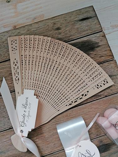 GRACE LEGNO - Ventaglio in legno intagliato. Personalizzato con tag stampato su carta rosa cipria e rilegato al ventaglio con nastro coordinato.