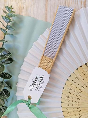WATERFALL BAMBU - Ventaglio in carta e bambù. Personalizzato con tag stampato su carta liscia bianca e rilegato al ventaglio con nastro coordinato.