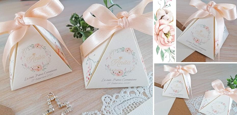 ANITA: in carta canvas col. avorio 02, misure 5,5×5,5×5,5 cm. Nastro incluso. Tema ghirlanda floreale rosa. Può contenere al massimo 5 confetti (NON INCLUSI).