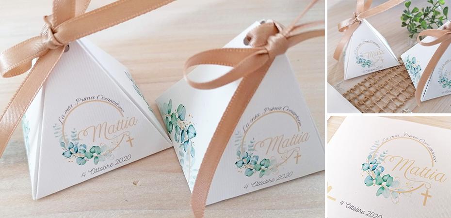 MATTIA: in carta millerighe col. bianco, misure 5,5×5,5×5,5 cm. Nastro incluso.  Tema cerchio oro floreale. Può contenere al massimo 5 confetti (NON INCLUSI).