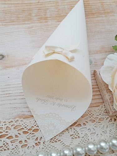 REBECCA - Cono porta riso con nomi sposi. In carta canvas avorio. Altezza 21 cm.