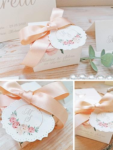 SCATOLINA PORTA CONFETTI - Scrigno porta confetti con tag personalizzato con iniziali sposi, in linea con la collezione. Misure 6,5x6,5x4 cm. Nastro per fiocco con foro per chiusura nascosta.