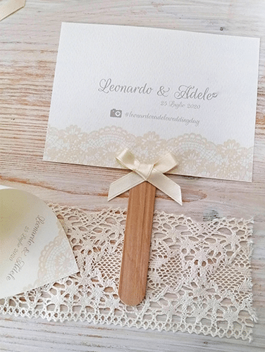 VENTAGLIO - Stampa solo fronte. Formato: rettangolare orizzontale. Misure cartoncino: 10,5×14,5cm Bastoncino in legno. Brillantino sul nome della sposa. Fiocco semplice.