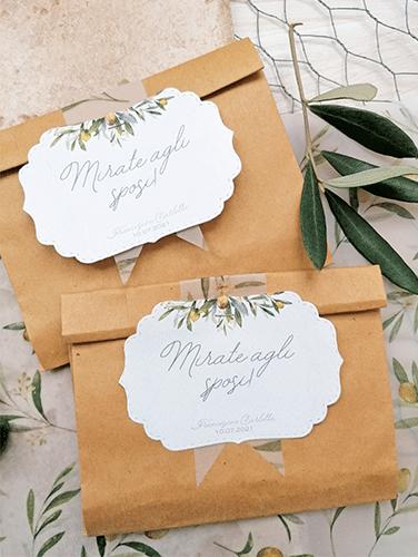 ULIVO - Sacchettino in carta kraft per riso e foglie di ulivo. Inserto decorativo in carta opaca e tag personalizzato spillati sul risvolto della chiusura. Misure del sacchettino personalizzabili.