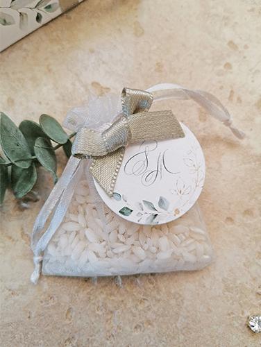 KATE - Sacchettino porta riso in organza bianco con applicazione di tag tondo e fiocco semplice.