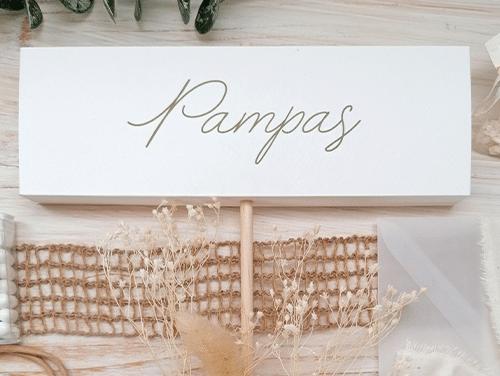 PAMPAS - Cartello 3D con profondità di 2 cm per inserimento del bacchettino circolare in legno. Tipologia da inserire nel centrotavola floreale. Misure: 7x21x2 cm.